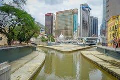 Kuala Lumpur, Malásia - 9 de março de 2017: Opinião bonita da arquitetura da cidade da baixa com bifurcação do rio de Klang e de  Fotos de Stock Royalty Free