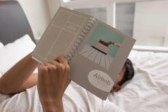 KUALA LUMPUR, MALÁSIA - 4 DE SETEMBRO DE 2016: Homem que guarda o caderno e Imagens de Stock