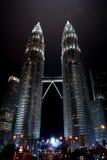 KUALA LUMPUR, MALÁSIA - 10 DESEMBER 2014: Torres gêmeas de Petronas imagens de stock