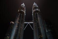 KUALA LUMPUR, MALÁSIA - 10 DESEMBER 2014: Torres gêmeas de Petronas fotos de stock