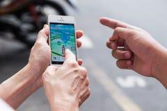 KUALA LUMPUR, MALÁSIA, O 16 DE JULHO DE 2016: Um usuário do IOS joga Pokemon Foto de Stock Royalty Free