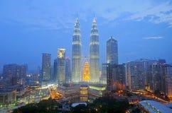 KUALA LUMPUR, MALÁSIA - OCT19: Torres gêmeas de Petronas no crepúsculo o 19 de outubro de 2015 em Kuala Lumpur Fotos de Stock Royalty Free