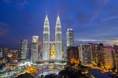 KUALA LUMPUR, MALÁSIA - OCT19: Torres gêmeas de Petronas no crepúsculo o 19 de outubro de 2015 em Kuala Lumpur Imagem de Stock