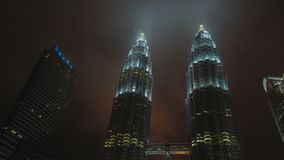 KUALA LUMPUR, MALÁSIA, Timelapse nubla-se mover-se através das torres de Petronas video estoque