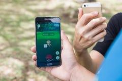 KUALA LUMPUR, MALAISIE, LE 24 JUILLET 2016 : Le jeu Pokemon de deux utilisateurs disparaissent photographie stock libre de droits