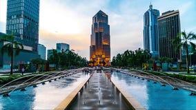 KUALA LUMPUR, MALAISIE - 15 mai 2018 : laps de temps 4K de place de Kuala Lumpur avec les fontaines et la banque publique bulding banque de vidéos