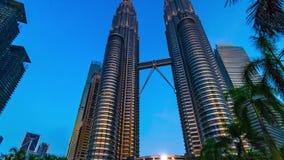 KUALA LUMPUR, MALAISIE - 15 mai 2018 : Le timelapse de coucher du soleil de soirée du ` en gros plan s Petronas de Kuala Lumpur d banque de vidéos