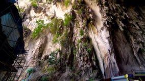 KUALA LUMPUR, MALAISIE - 15 mai 2018 : Le touriste et les stalactites dans Batu foudroient chez Kuala Lumpur, Malaisie 4K clips vidéos