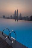 KUALA LUMPUR, MALAISIE 2 MAI 2016 : les vues de bâtiments de KLCC d'une piscine d'infini photos libres de droits
