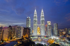 KUALA LUMPUR, MALAISIE - 19 MAI : Tours jumelles de Petronas au twiligh Photo stock