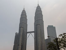 KUALA LUMPUR, MALAISIE - 4 mars brume épaisse au-dessus du jumeau T de Petronas Images stock