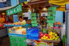 Kuala Lumpur, Malaisie - 9 mars 2017 : Le vendeur d'Unnown sur le marché frais de jus et de fruit se tiennent dans le centre vill Photos stock