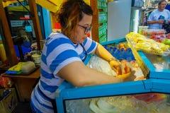 Kuala Lumpur, Malaisie - 9 mars 2017 : Le vendeur d'Unnown sur le marché frais de jus et de fruit se tiennent dans le centre vill Photographie stock