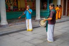 Kuala Lumpur, Malaisie - 9 mars 2017 : Musiciens non identifiés jouant dans une célébration indoue traditionnelle de mariage Images stock