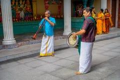 Kuala Lumpur, Malaisie - 9 mars 2017 : Musiciens non identifiés jouant dans une célébration indoue traditionnelle de mariage Photo libre de droits
