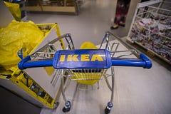 KUALA LUMPUR, MALAISIE 21 NOVEMBRE 2015 : Chariot à achats dans le magasin d'IKEA, Damansara, Kuala Lumpur Images libres de droits
