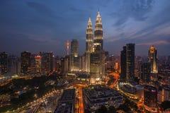 KUALA LUMPUR, MALASIA, circa junio de 2015 - una antena y una opinión de ojo de pescados Kuala Lumpur Twin Towers en la hora azul Imagenes de archivo