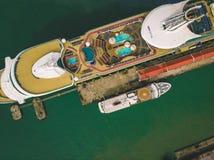Kuala Lumpur, Malasia - 12 de agosto de 2018: Vista aérea de la parada del barco de cruceros en el puerto del ` s de Penang antes Imagen de archivo