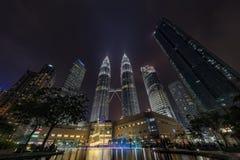 KUALA LUMPUR, MALASIA - 12 de diciembre de 2017: Las torres gemelas de Petronas en Kuala Lumpur en la noche se encendieron para a Foto de archivo libre de regalías