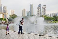 KUALA LUMPUR, MALASIA - 10 DE ENERO DE 2017: Las fuentes del Petronas se elevan, los rascacielos famosos en Kuala Lumpur, Malaysi Fotografía de archivo libre de regalías