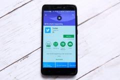 KUALA LUMPUR, MALASIA - 28 DE ENERO DE 2018: Exhibición del uso de Twitter en playstore androide Twitter fue creado en marzo de 2 fotos de archivo libres de regalías