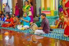 Kuala Lumpur, Malasia - 9 de marzo de 2017: Gente no identificada en una celebración hindú tradicional de la boda El Hinduismo es Imagen de archivo