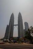 KUALA LUMPUR, MALASIA - 4 de marzo neblina gruesa sobre el gemelo T de Petronas imagen de archivo libre de regalías