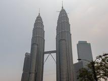 KUALA LUMPUR, MALASIA - 4 de marzo neblina gruesa sobre el gemelo T de Petronas imagenes de archivo