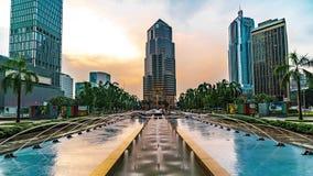 KUALA LUMPUR, MALASIA - 15 de mayo de 2018: lapso de tiempo 4K del cuadrado de Kuala Lumpur con las fuentes y el banco público bu almacen de video