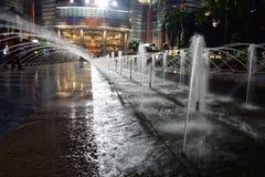 Kuala Lumpur, Malasia - 3 de noviembre de 2017: El Petronas se eleva fuente de agua Fotografía de archivo libre de regalías