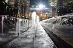 Kuala Lumpur, Malasia - 3 de noviembre de 2017: El Petronas se eleva fuente de agua en la noche Imagen de archivo