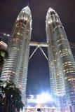 Kuala Lumpur, Malasia - 3 de noviembre de 2017: Las torres gemelas de Malasia se encienden para arriba en la noche Imagen de archivo