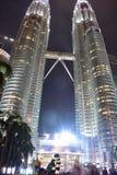 Kuala Lumpur, Malasia - 3 de noviembre de 2017: Las torres gemelas se encienden para arriba en la noche Fotos de archivo libres de regalías