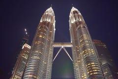 Kuala Lumpur, Malasia - 3 de noviembre de 2017: Las torres de Petronas de su base Fotografía de archivo