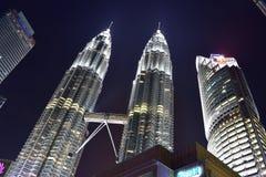 Kuala Lumpur, Malasia - 3 de noviembre de 2017: Opinión de la noche de las torres gemelas Fotos de archivo libres de regalías