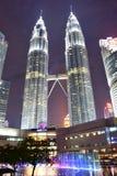 Kuala Lumpur, Malasia - 3 de noviembre de 2017: Opinión de la noche de la torre gemela de Petronas Foto de archivo