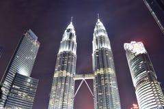 Kuala Lumpur, Malasia - 3 de noviembre de 2017: Opinión de la noche de la torre de Petronas Foto de archivo libre de regalías