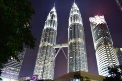 Kuala Lumpur, Malasia - 3 de noviembre de 2017: Opinión de la noche de torres gemelas Foto de archivo libre de regalías