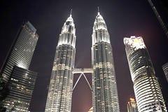 Kuala Lumpur, Malasia - 3 de noviembre de 2017: Puente del cielo de las torres gemelas de Petronas en la noche Foto de archivo