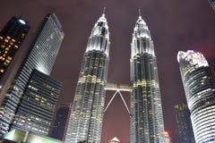 Kuala Lumpur, Malasia - 3 de noviembre de 2017: Torres gemelas del parque de KLCC Fotografía de archivo libre de regalías