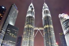 Kuala Lumpur, Malasia - 3 de noviembre de 2017: Torres gemelas en parque de KLCC Imágenes de archivo libres de regalías