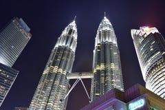Kuala Lumpur, Malasia - 3 de noviembre de 2017: Torres gemelas de la opinión de la noche Imagenes de archivo