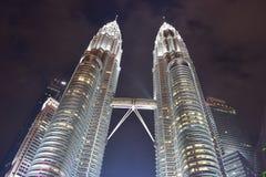 Kuala Lumpur, Malasia - 3 de noviembre de 2017: Torres gemelas de Petronas en la noche Foto de archivo libre de regalías