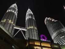 Kuala Lumpur, Malasia - 10 de octubre de 2016: Escena de la noche de las torres gemelas y de Suria KLCC de Petronas Imagen de archivo libre de regalías