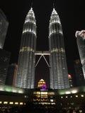 Kuala Lumpur, Malasia - 10 de octubre de 2016: Escena de la noche de las torres gemelas y de Suria KLCC de Petronas Foto de archivo