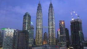 Kuala Lumpur, Malasia 12 de octubre de 2016: Las fuentes se encendieron con la luz del color en las torres gemelas de Petronas en