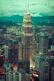 Kuala Lumpur, Malasia, diciembre 19,2013: Torres del kilolitro Petronas en el nig Fotografía de archivo libre de regalías