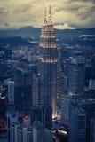 Kuala Lumpur, Malasia, diciembre 19,2013: Torres del kilolitro Petronas en el nig Imagen de archivo