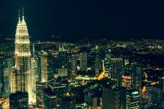 Kuala Lumpur, Malasia, diciembre 19,2013: Torres del kilolitro Petronas en el nig Imágenes de archivo libres de regalías