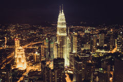 Kuala Lumpur, Malasia, diciembre 19,2013: Torres del kilolitro Petronas en el nig Imagenes de archivo